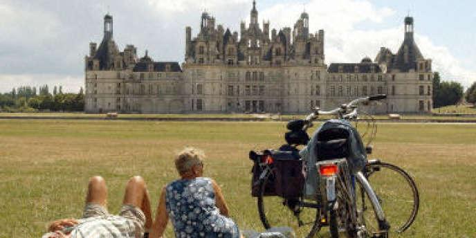Des cyclotouristes devant le château de Chambord, le 31 juillet 2002.