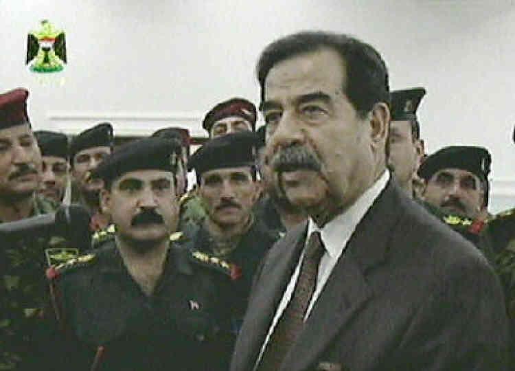 Le président irakien Saddam Hussein rencontre les chefs de son armée à Bagdad, le 1er mars 2003.