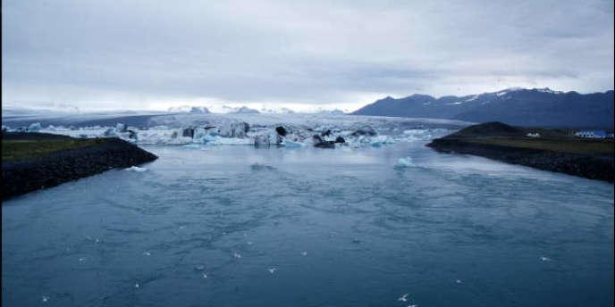 Placée sur la route entre l'Europe et l'Arctique, l'Islande est de plus en plus considérée comme ayant une position stratégique, la fonte des glaces ouvrant de nouvelles voies maritimes polaires et rendant les ressources minérales de cette région plus accessibles.
