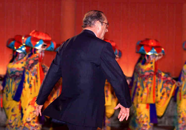 """Jacques Chirac danse le """"yotsitake"""", le 22 juillet 2000, à Naha (Japon)"""