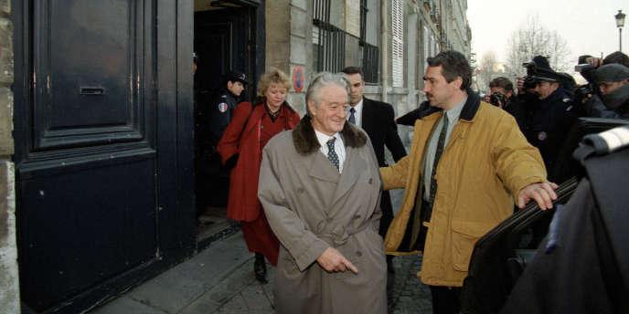 Roland Dumas sort de son domicile après une perquisition dirigée par la juge Eva Joly, le 27 janvier 1998.