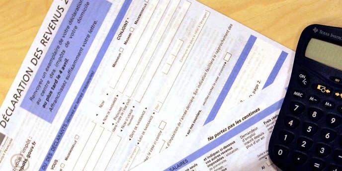 Une personne remplie la déclaration d'impôts sur le revenu.