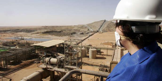 Un employé de la mine d'uranium à ciel ouvert d'Arlit, au Niger.
