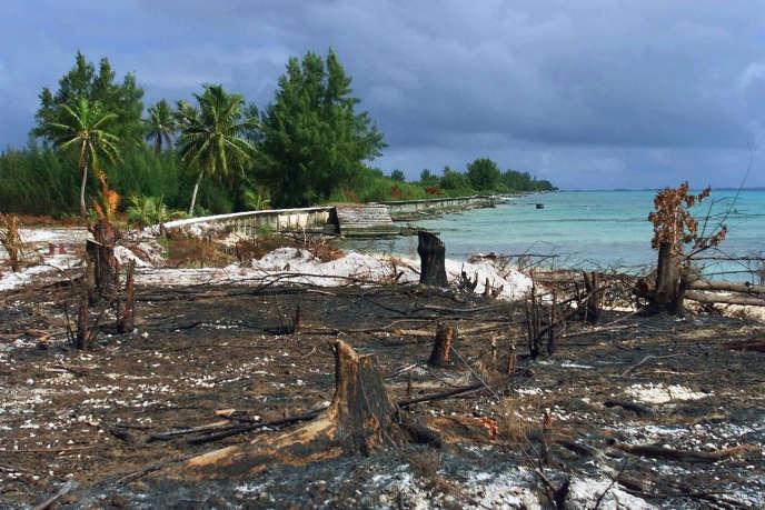 Une île de l'atoll Mururoa, dans le Pacifique, le 6 juin 2000, quatre ans après l'arrêt définitif des essais nucléaires français.