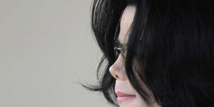 La fiche d'identité précise que Michael Joseph Jackson, né le 29 août 1958, 1,75 m, 61,7 kg, a été déclaré mort le 25 juin 2009 à 14 h 26, d'une cause présumée accidentelle ou naturelle.