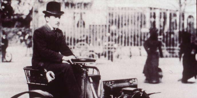 Photographie de 1899 montrant Louis Renault au volant de sa voiturette.