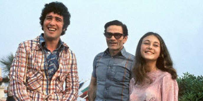 Photographie du réalisateur italien Pier Paolo Pasolini (c.), entouré des acteurs Ninetto Davoli (g.) et Tessa Bouche (d.), lors de la présentation du film