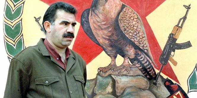 Photographie datée de l'année 1992, montrant Abdullah Öcalan, le chef du Parti des travailleurs du Kurdistan (PKK), dans un camp d'entraînement kurde situé à Helweh, un village de la plaine de la Bekaa, au Liban.