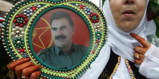 Une femme brandit un poster du chef de l'ex-PKK Abdullah Ocalan alors qu'elle manifeste parmi quelque 10 000 Kurdes venus de toute l'Europe dans les rues de Strasbourg, le 12 février 2005.