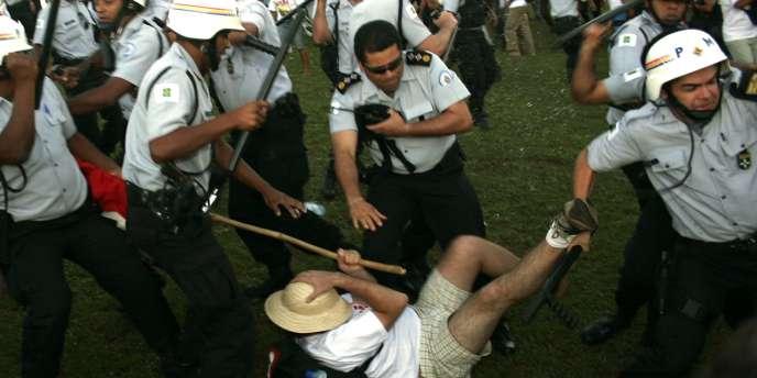 Affrontements de militants du mouvement des sans terre avec la police devant le palais présidentiel, dans la capitale brésilienne.