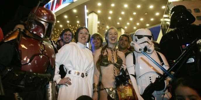 Un groupe de fans costumés attend devant un cinéma à Hollywood (Californie) la première de