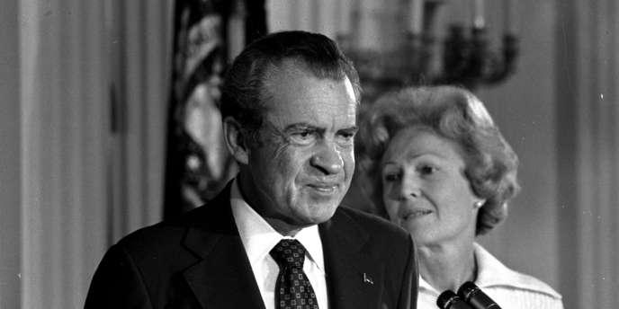 Le président Richard Nixon, accompagné de sa femme, fait ses adieux au personnel de la Maison Blanche, le 9 août 1974.