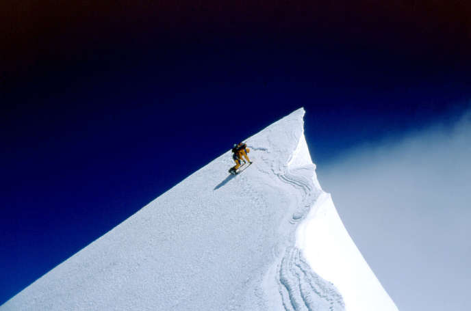 Photo prise le 14 mai 2002 de l'alpiniste français Jean-Christophe Lafaille sur le roc Noir lors de son ascension de l'Annapurna.