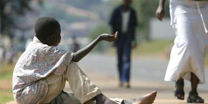 Un garçon mendie dans une rue de Kigali, au Rwanda, le 12 juin 2006.