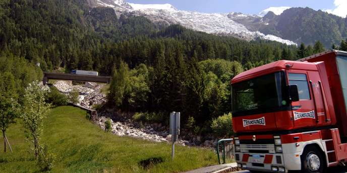 Des camions circulent sur la rampe d'accès du tunnel du Mont-Blanc, le 8 juin à Chamonix