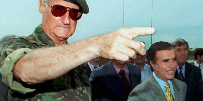 Le président argentin, Carlos Menem, et le chef des armées, le général Martin Balza, en novembre 1994, à Buenos Aires.