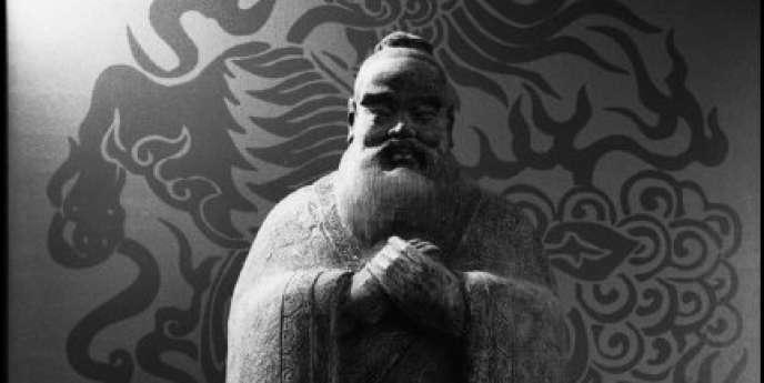 1999, France, Paris à l'Unesco. Un moine se tient devant une statue de Confucius.