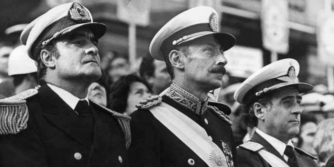 Orlando Agosti (droite), Jorge Rafael Videla (centre) et Emilio Massera, personnages centraux de la dictature militaire argentine, assistent à une cérémonie officielle, en 1977.