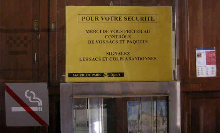 Selon la direction de la jeunesse et des sports de la ville de Paris, la grande diversité culturelle des usagers et les barièrres linguistiques génèrent des incompréhensions entre les employés des bains-douches et les utilisateurs.