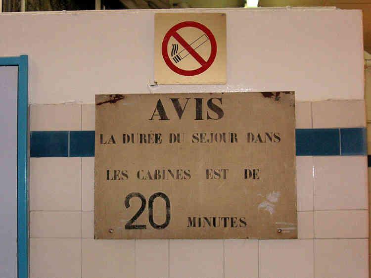 Avant la gratuité, pour utiliser les services des dix-neuf bains-douches municipaux de Paris , il en coûtait 7,50 F pour vingt minutes d'eau chaude.