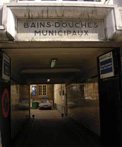 Les bains municipaux sont gratuits à Paris depuis mars 2000.