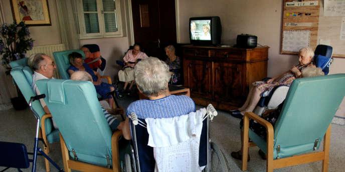 Des personnes âgées à la maison de retraite Saint-Vincent, une des plus grande du département du Rhône.