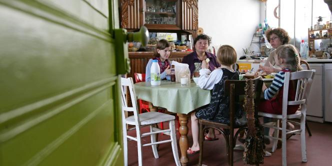 Carla et Marie-Laure prennent le petit-déjeuner avec leurs trois filles, le 25 septembre 2004 à Paris.