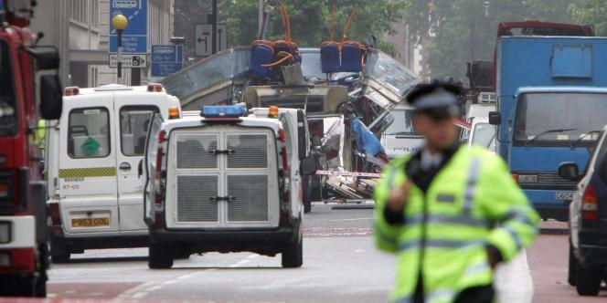 Vue d'un bus visé par les attentats du 7 juillet 2005, à Russel Square, à Londres.