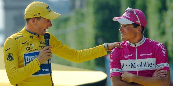 Armstrong en compagnie de Jan Ullrich, sur le podium du Tour, le 24 juillet 2004.