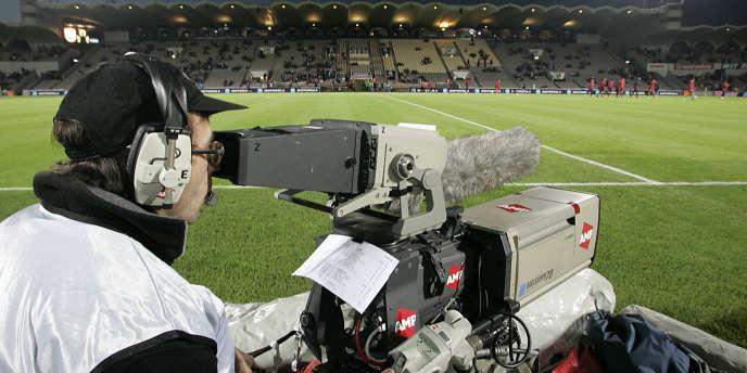 Un cameraman filme pour Canal+ le match de Ligue 1 Bordeaux-Lens, le 30 octobre 2004.