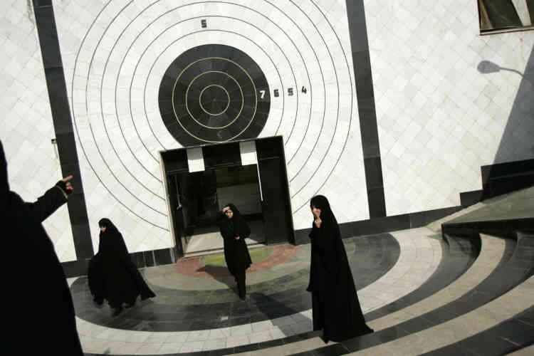 L'académie de police pour femmes de Téhéran forme de son côté celles qui deviendront des « gardiennes de la révolution ». Ces dernières sont spécialement entraînées pour surveiller les débordements de leurs alter ego.