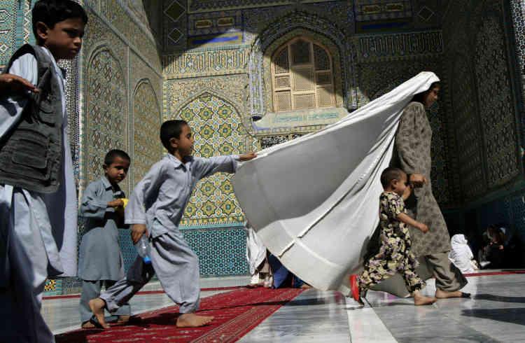 Tous les mercredi à Mazar-e-Sharif, la mosquée Hazrat Ali devient un lieu de sociabilité où les femmes peuvent se retrouver avec leurs enfants et discuter sur le parvis.