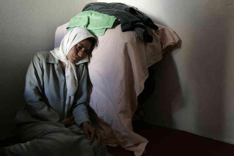 Une femme souffrant de dépression. Elle a été recueillie par une ONG allemande en Afghanistan qui héberge celles qui ont la plupart du temps fui les violences conjugales.