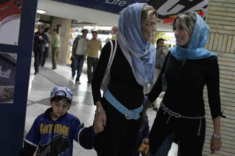 En Afghanistan, se sont la morale et les traditions qui régissent le port du voile. En Iran, il est rendu obligatoire par la loi. La frontière entre les deux pays nuance à sa façon la conception toujours sensible du statut de la femme. Dans cette galerie commerciale de Téhéran Nord, certaines ne craignent pas d'interpréter la charia à leur manière.