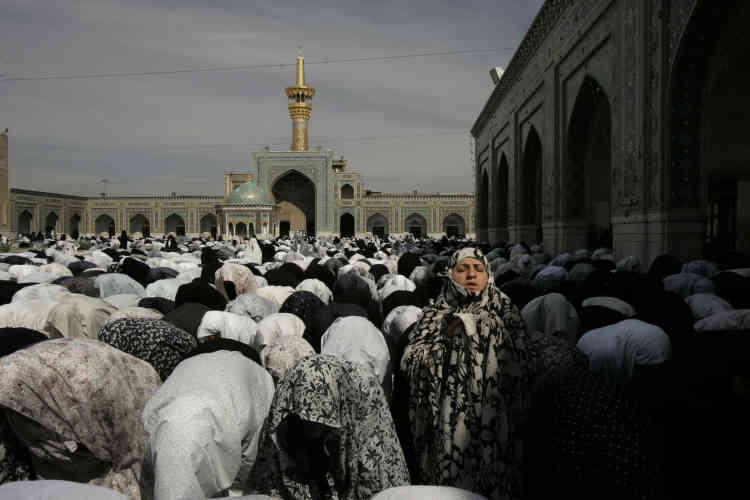 Pendant ce temps, au Mosolé de Mashhad, dans l'extrême est du pays, les femmes de toutes générations se rendent par millier à la prière du vendredi dans l'enceinte qui leur est réservée à l'intérieur.