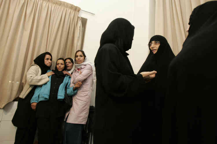 Ici, une parlementaire iranienne et son assistante font une visite officielle dans l'un de ces refuges. La rencontre avec la directrice du centre (de dos) est aussi l'occasion de vérifier que les jeunes pensionnaires - comme les orphelines qui attendent derrière - seront bien conseillées pour leur retour dans « le droit chemin ».