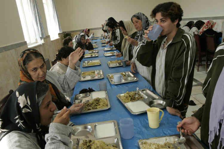 Dans le centre social de Shar'e Rey, à 20 kilomètres au sud de Téhéran, c'est encore l'Etat qui prend en charge les filles droguées, sidéennes, malades mentales ou exclues sociales. Les femmes qui arrivent au centre sont soumises à un traitement neuroleptique quotidien. La plupart resteront enfermées le restant de leurs jours.