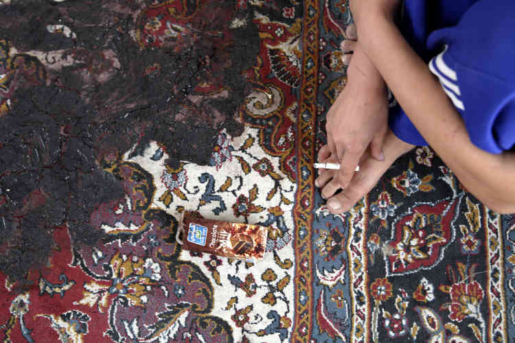 Shaima Rezayeh avait 24 ans et présentait un programme musical à la télévision afghane. Quelques jours après son suicide, sa sœur fume une cigarette en jogging sur le tapis où son sang séché n'a pas encore été nettoyé.