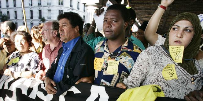 Mouloud Aounit (chemise bleue) lors d'une manifestation de soutien aux sans-papiers, en août 2005.