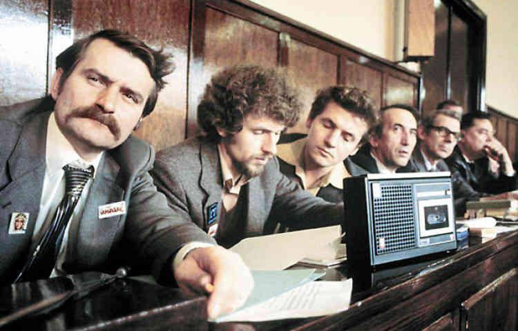 <b>Zbigniew Bujak </b>(3e à partir de la gauche), avec Lech Walesa et d'autres de Solidarité, le 27 octobre 1980, pendant les audiences qui conduisent à l'officialisation de Solidarité. Légende vivante dans les années 1980, Bujak, en 2005, en congé de la politique, enseigne et prépare un doctorat.