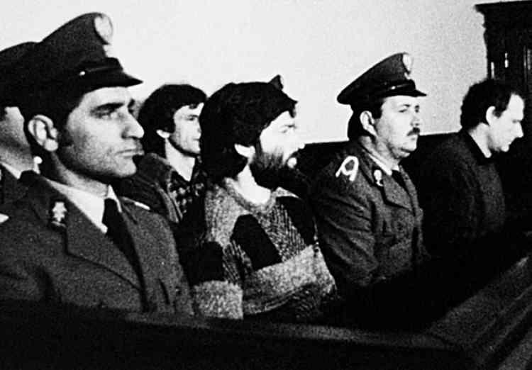 Wladyslaw Frasyniuk (au premier plan) et Adam Michnik (à droite) sur le banc des accusés, en 1985. Frasyniuk, un des dirigeants de Solidarité quand celui-ci, interdit, était clandestin, est aujourd'hui président du Parti démocratique.