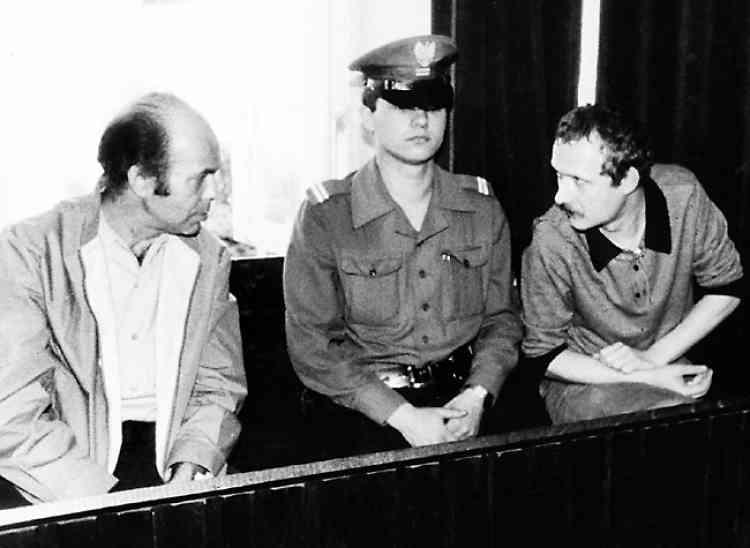 Adam Michnik (à droite) et Jacek Kuron, en juillet 1984, lors de leur procès, à la cour suprême de Varsovie. Militant de la première heure à Solidarité, Michnik a fondé en 1989 Gazeta, le grand quotidien polonais. En 2005, amer, il se tait.
