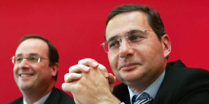 Eric Besson, alors secrétaire national du PS à l'emploi, au côté de François Hollande, à l'époque premier secrétaire du parti, en novembre 2004.