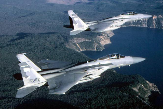 Deux chasseurs F-15 ont été appelés pour escorter l'appareil en provenance de Paris.