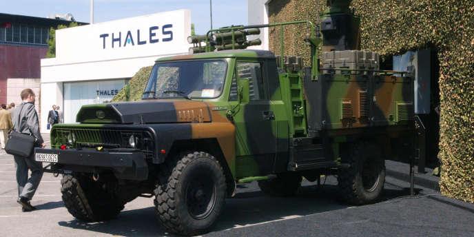 Véhicule militaire équipé d'un radar construit par Thales, lors du salon professionnel Eurosatory, au parc des expositions de Villepinte, à Paris, en juin 2004.