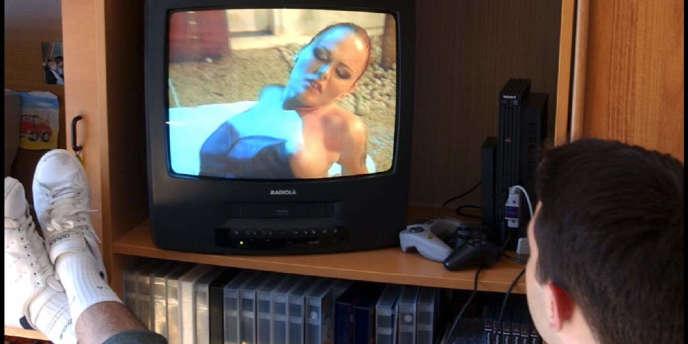 D'après une enquête de l'Inserm, 62 % des 14-18 ans ont regardé des images pornographiques - essentiellement à la télévision - au cours des douze derniers mois.