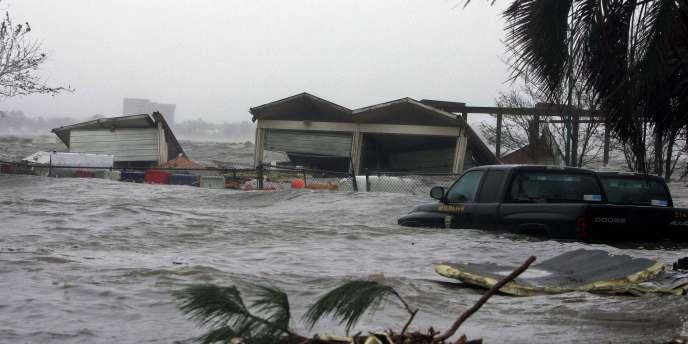 L'élévation du niveau du lac Charles a provoqué l'inondation des bâtiments alentour.
