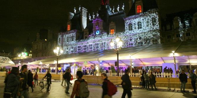 La façade de l'Hôtel de Ville de Paris illuminée à l'occasion de la 2e Nuit blanche de Paris, en 2003.