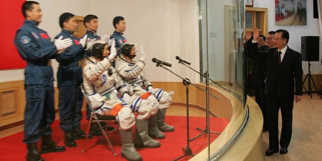 Le premier ministre chinois, Wen Jibao, salue l'équipe de taïkonautes à la base spatiale de Jiuquan, en Mongolie intérieure, en octobre 2005.