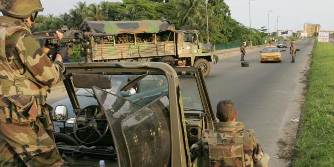 Des soldats français de l'opération Licorne, à Abidjan, en Côte d'Ivoire, le 7 novembre 2004.